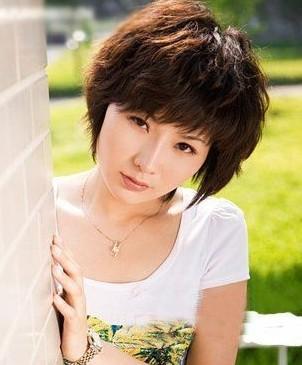 女人短发型纹理烫发型